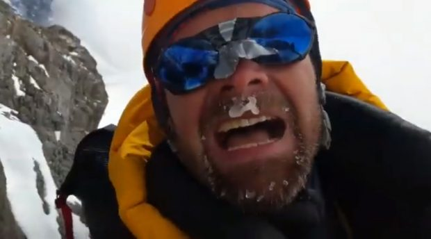 Rafał Fronia podczas wyprawy na K2, kadr z nagrania ilustrującego przejście kolejnej lawiny