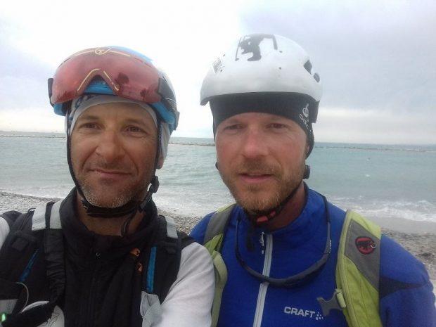 Adam Gomola i Bartek Golec nad brzegiem Morza Śródziemnego