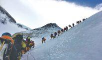Tłumy w drodze na Mount Everest (fot. kathmandupost)