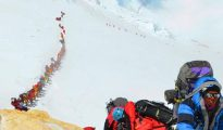Kolejka chetnych na Mount Everest (fot. amishimalayaadventure.com)