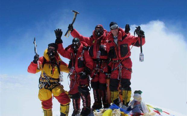 Sprzęt tlenowy rządzi na Mount Everest (fot. amishimalayaadventure.com)