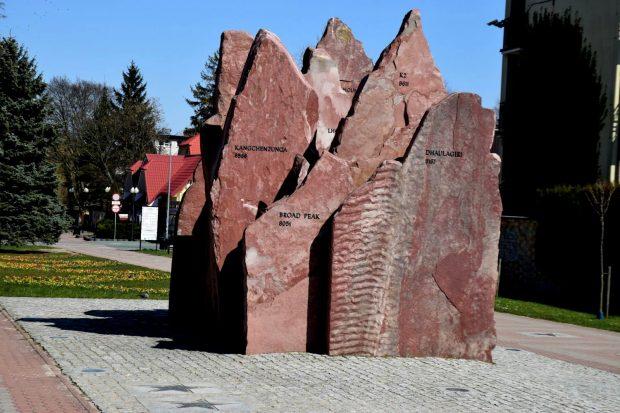 """Pomnik """"Korona Himalajów"""" we Władysławowie"""