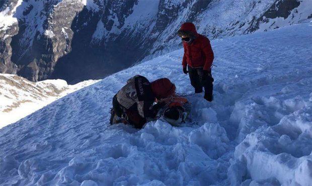 Ratownicy ciągnęli leżącego Malezyjczyka w dół Nirmal Purja przed wyruszeniem na ratunek Malezyjczykowi (fot. Seven Summit Treks Pvt. Ltd.)