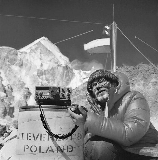 Bogdan Jankowski rozmawia z bazy pod Mount Everest z polską ambasadą w Kathmandu, 1979/80 (fot. arch. Bogdan Jankowski)