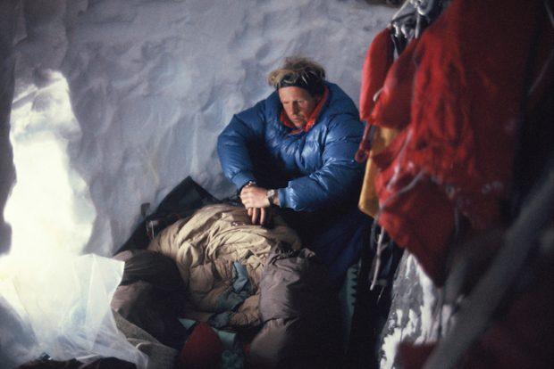 John Harlin w grocie na szczycie Żelazka (© Chris Bonington Picture Library)