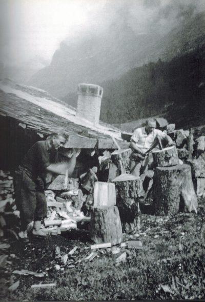 Mehringer (po lewej) i Sedlmayr rąbią drzewo na Alpiglen, sierpień 1935 (© Heinrich Sedlmayr / AS Verlag)