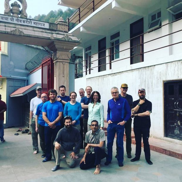 Członkowie wyprawy na Nanda Devi w świątyni Neem Kharoli Baba, tuż przed wyruszeniem w góry (fot. FB Moran Mountain)