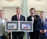 W imieniu uczestników wyprawy Piotr Tomala wręczył Prezydentowi RP dwie oprawione pamiątkowe fotografie z Zimowej Narodowej Wyprawy na K2 (fot. prezydent.pl)