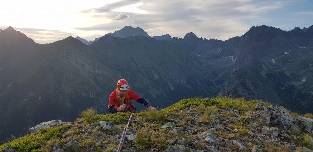 Łukasz wychodzi na szczyt Małego Młynarza (fot. Kacper Tekieli)