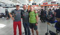 Dominik Malirz, Jacek Czech i Jarosław Botor na lotnisku. Na zdjęciu Jurka Natkańskiego