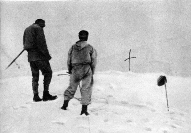 Krzyż na lawinisku, w którym zginęli Stefan Bernadzikiewicz i Adam Karpiński (fot. archiwum wyprawy)