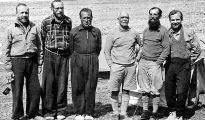 Uczestnicy wyprawy 1939 roku w bazie u podnóży Nanda Devi: Janusz Klarner, Jakub Bujak, Adam Karpiński, brytyjski lekarz dr J.R. Foy, oficer łącznikowy major S.Blake oraz Stefan Bernadzikiewicz (fot. archiwum wyprawy)
