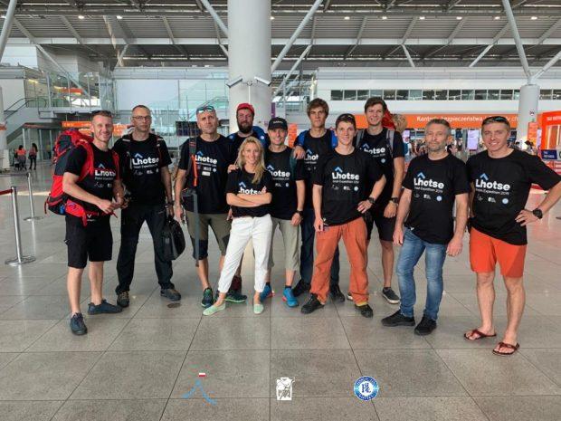 Ekipa polskiej wyprawy na Lhotse na lotnisku Okęcia (fot. PHZ)