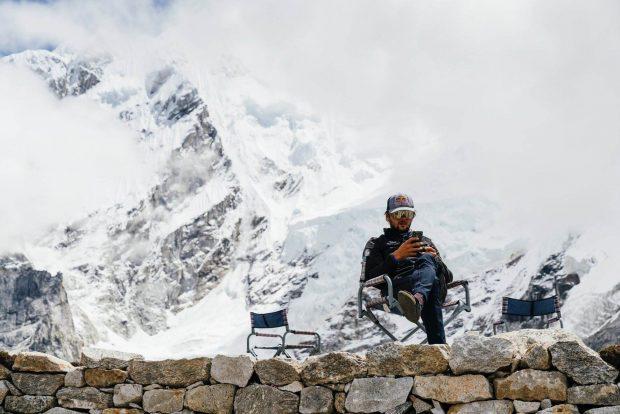 Andrzej Bargiel pod Mount Everestem (fot. Marek Ogień)