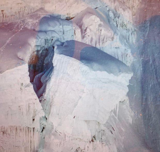 Zbliżenie seraka wiszącego na drogą przez Icefall (fot. FB Tim Emmett)