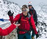 Tim Emmett odbiera gratulacje za skuteczną akcję na Icefallu