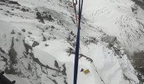 David Suela podejmowany przy pomocy długiej liny z wysokości ponad 6 tys. metrów (fot. arch. Alex Txikon)
