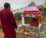 Memoriał Polskich Himalaistów stoi na terenie Parku Narodowego Sagarmatha w Namche Bazar na wysokości ok. 3500 m