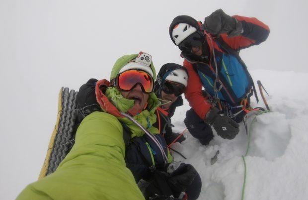 Pierrick Fine, Étienne Journet i Jordi Noguere na szczycie Grosvenor (6376 m)