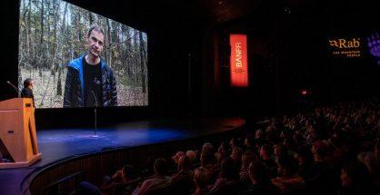 """Darek Załuski """"odbiera"""" nagrodę w Banff (fot. Banff Centre Mountain Film Festival)"""