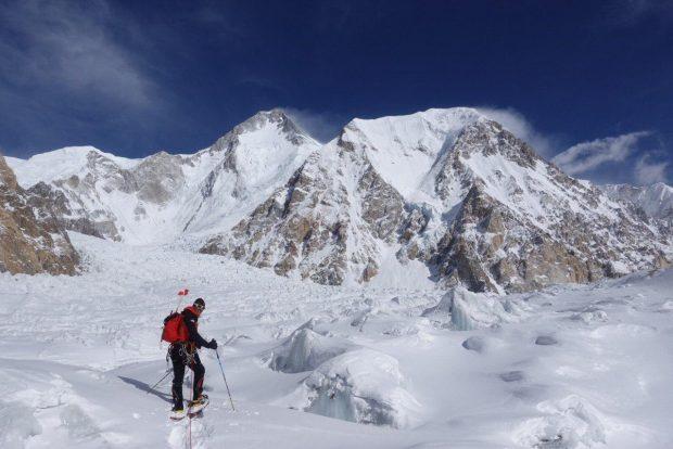 Simone Moro lawiruje na lodowcu pod Gasherbrumem (fot. FB Simone Moro)