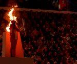 Szwajcarka Gina Zehnder zapala ogień olimilski w Lozannie (fot. Bob Martin / IOS)