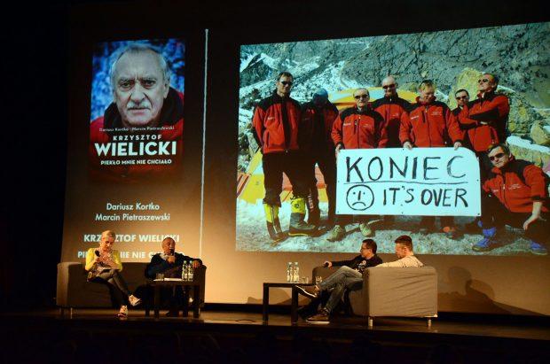 Krzysztof Wielicki i autorzy jego biografii na scenie w Wadowicach