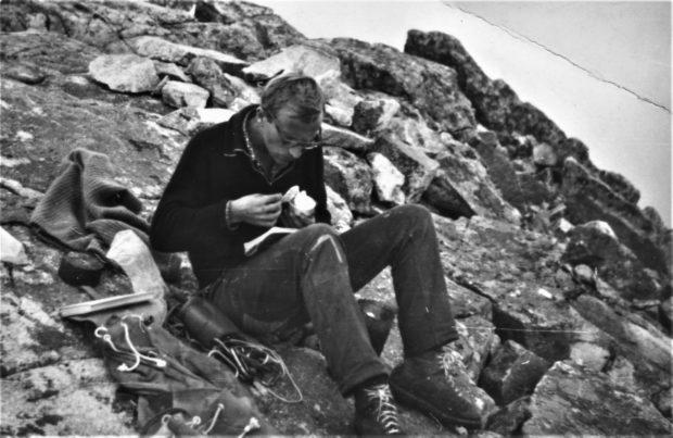 Już od początku wczytywał się w przewodniki i wkrótce pisał własne... Jan Kiełkowski w Tatrach, rok 1966 (fot. Janusz Majer)