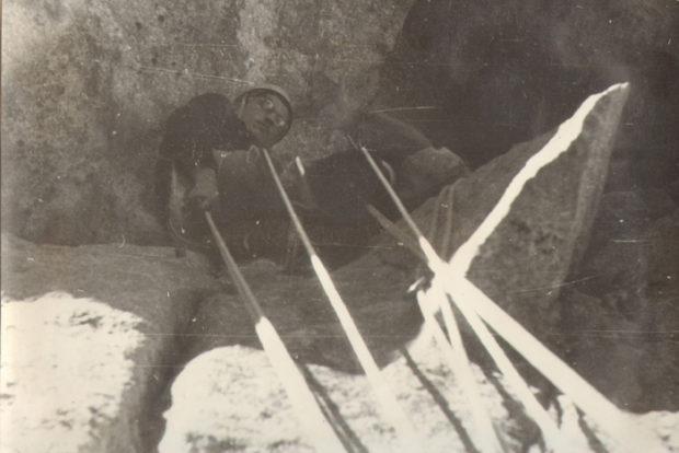 Jan Kiełkowski podczas wspinaczki wariantem R na Mnichu (fot. Krzysztof Pływacz)