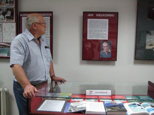 Jan Kiełkowski na swojej wystawie w AGH w 2009 roku, wyłożona seria himalajska (fot. ze strony absolwentów AGH)