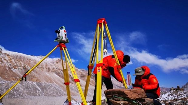 Pomiary Mount Everestu (fot. M Galye)