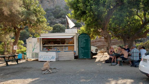Sympatyczny bar może dać chwilę wytchnienia po wspinaniu w Agiofarago a przed ponad półgodzinną jazdą szutrem do domu (fot. Wojciech Słowakiewicz)