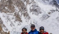 Muhammad Ali Sadpara, John Snorri, Sajid Ali Sadpara a w tle K2 (fot. FB John Snorri)