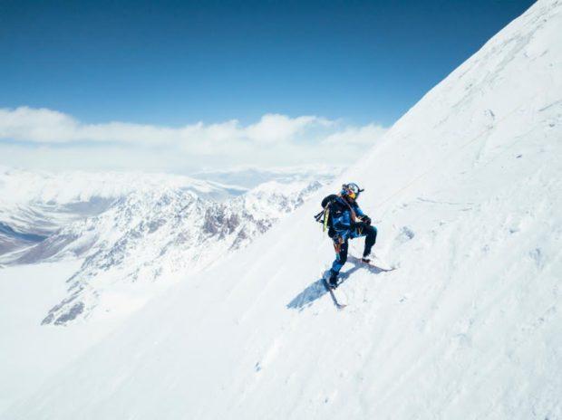 Andrzej Bargiel na nartach na ścianie Yawash Sar II (fot. Jakub Gzela / Bartłomiej Pawlikowski)