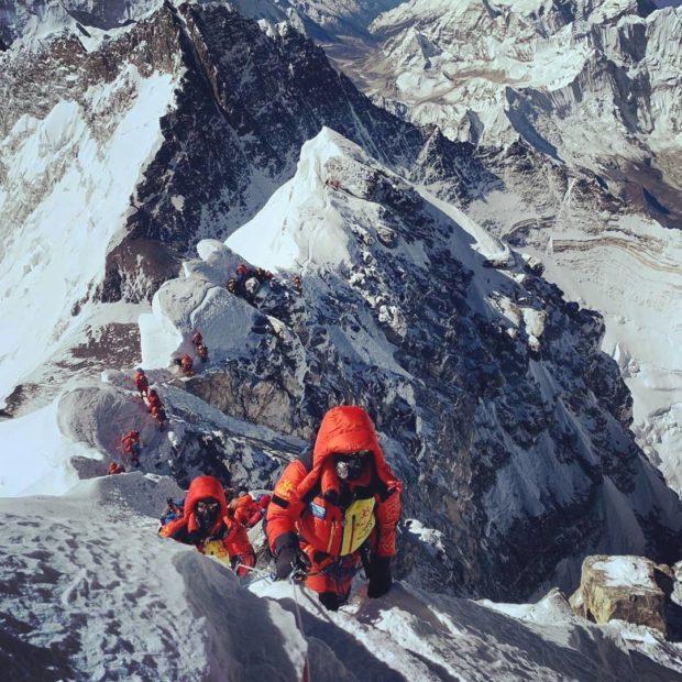 Himalaiści pod szczytem Mount Everestu (fot. Wanderlust Himalaya Adventures Pvt. Ltd)