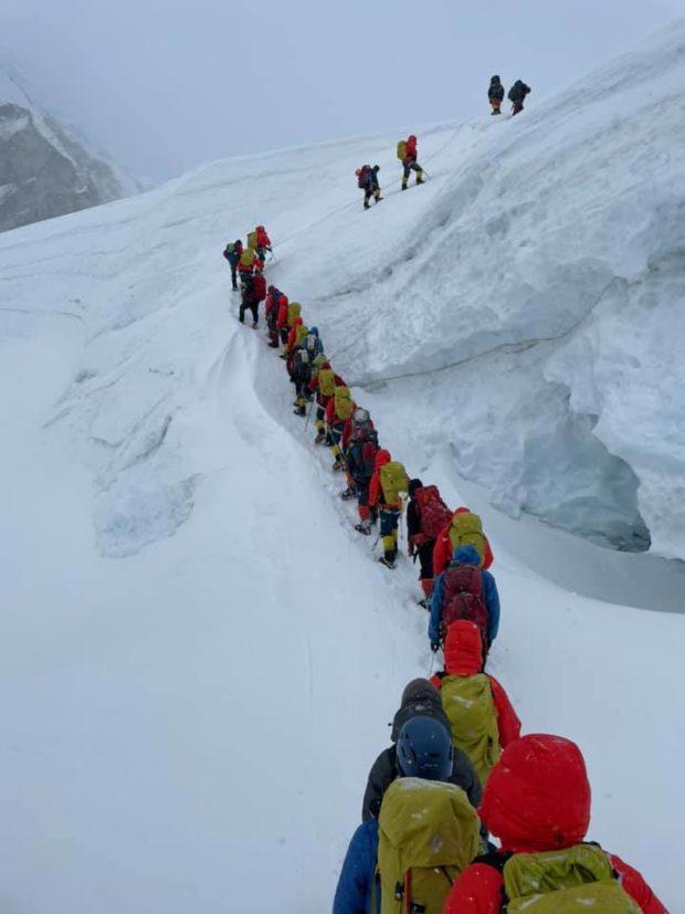 Kolejki w drodze na Mount Everest (fot. Kami Rita Sherpa)