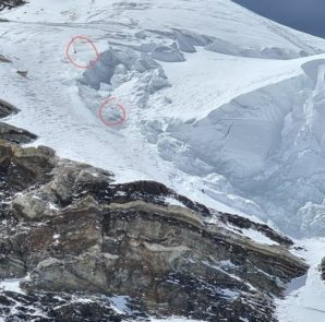 Miejsce odnalezienia ciał wspinaczy zaginionych na K2. Zostali odnalezieni powyżej Szyjki Butelki, ciało Sadpary znaleziono niżej, ciało Johna Snorri'ego znajdowało się wyżej.