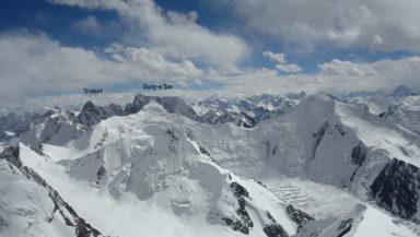 Widok z Dosti Sar ku południowo-wschodnim szczytom w otoczeniu doliny Gunj-e Dur. Widoczny Gunj-e Sar i Trident (fot. Karim Hayat)