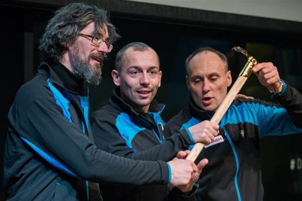 Siergiej Niłow, Dmitrij Gołowczenko i Dmitrij Grigoriew odbierają Złoty Czekan, 2017 (fot. mountain.ru)