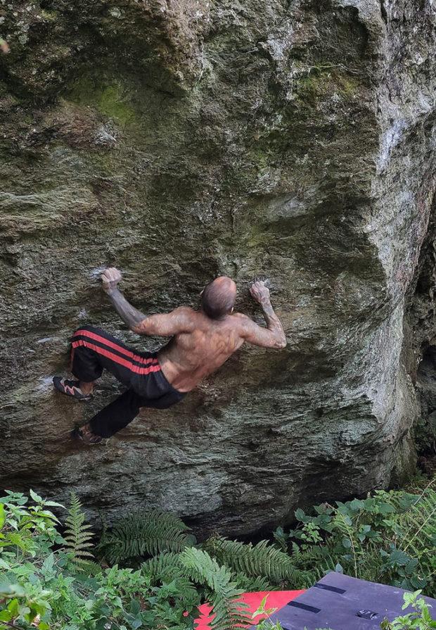 """Zapinki na boulderze """"Nem"""" 8B+ w Varazze - Dominik Kobryń (fot. arch. D. Kobryń)"""