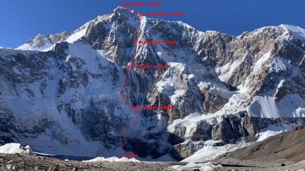 Pik Kosmos, Aleksander Gukow i Wiktor Kowal, ED WI4, 2700 m